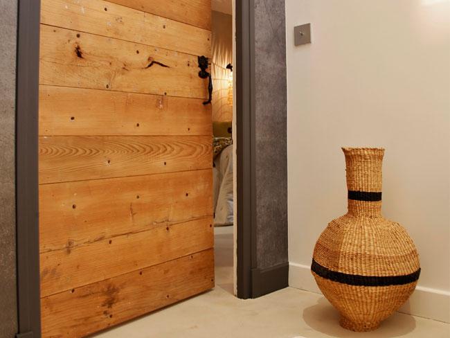 Porte réalisée sur mesure faite de bois récupéré sur des vieilles portes chinées