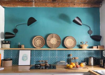 Cuisine avec color zoning sur un mur vert émeraude