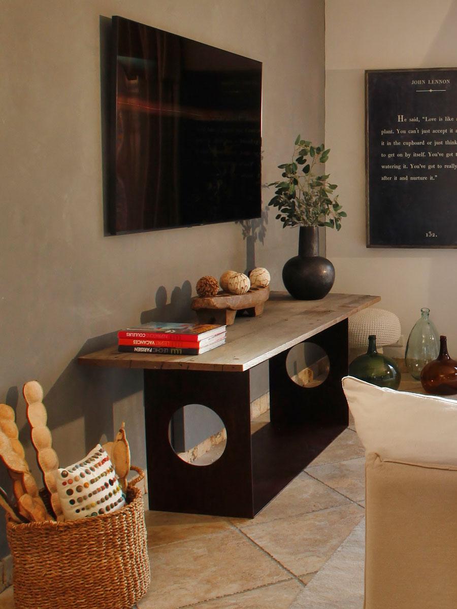 meuble réalisé sur mesure plateau fait de bois récupéré de vieilles portes & pied en métal rouillé
