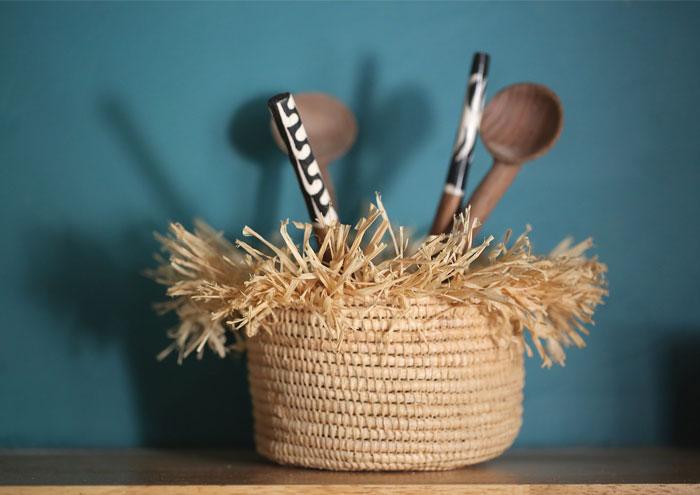 Panier en raphia avec cuillers en bois
