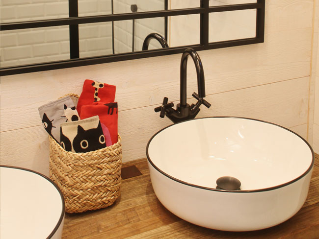 vasques à poser à liseret noir sur plan en bois brut